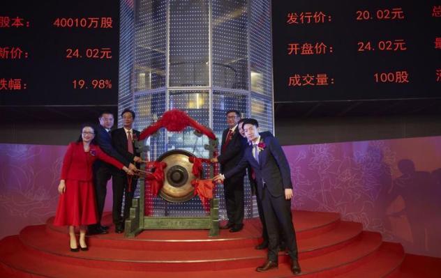 """作为服务机器人第一股,科沃斯倡导智能生活方式,经历从代工到自主研发、从小家电到机器人、从传统机器人到人工智能机器人的转变,致力于打造""""中国智造""""的典范、开创现代生活的新纪元。"""