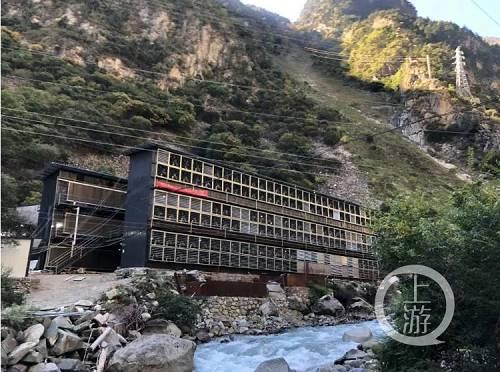 """10月31日,位于川西高原深山里依河而建的比特币""""矿场"""",成排的工业排风扇是其标志。摄影/上游新闻见习记者 胡磊"""