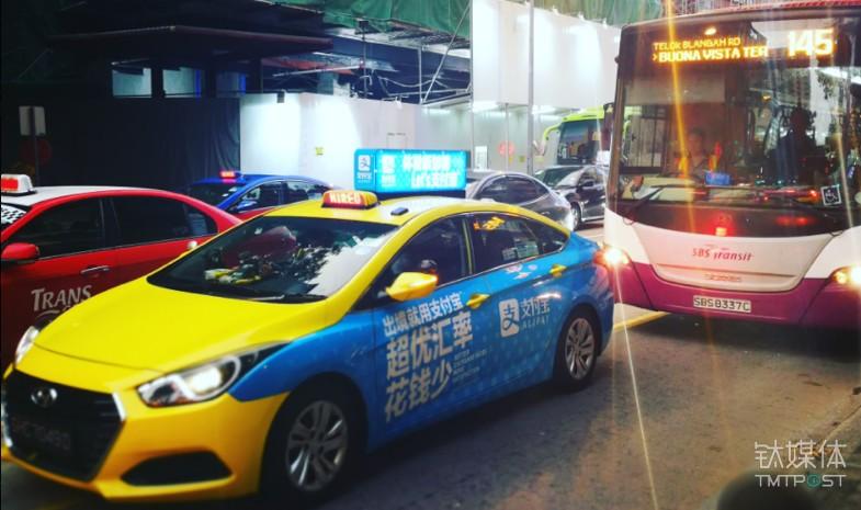 新加坡街道打着支付宝广告的出租车