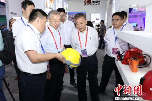 图为嘉宾参观2018第二十一届科博会首届煤矿两化融合成果与智能科技装备展现场。