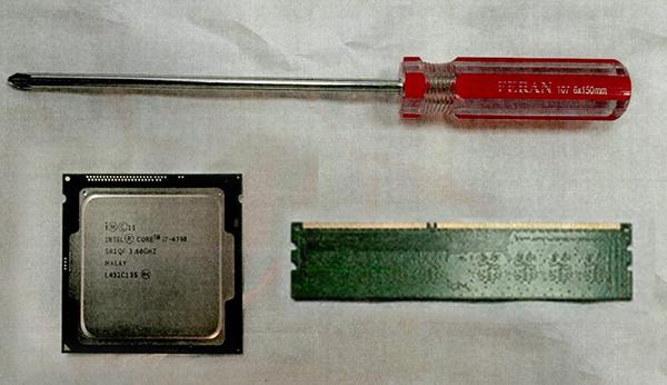 图说:用自备的螺丝刀拆开电脑机箱黄浦区检察院供图(下同)