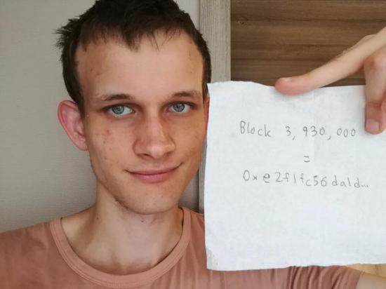 """图1: Vitalik Buterin 和他的""""牌子""""(二)区块链与空间"""