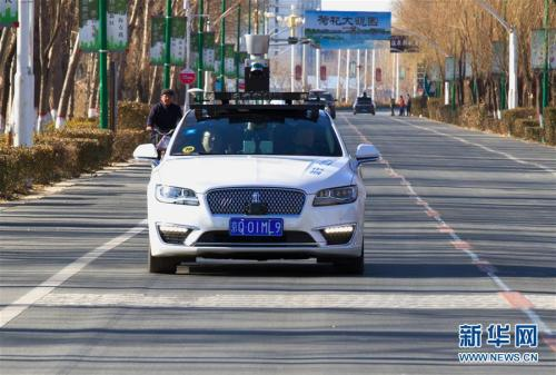 一辆百度Apollo自动驾驶车辆在雄安新区进行载人路测(2017年12月20日摄)。新华社记者 杨世尧 摄
