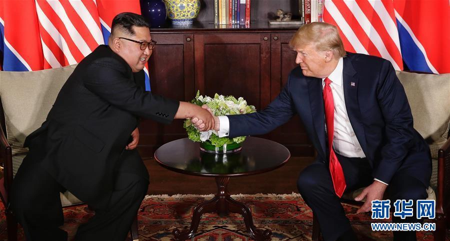 6月12日,朝鲜最高领导人金正恩(左)与美国总统特朗普在新加坡举行会晤。(来源:新华网)