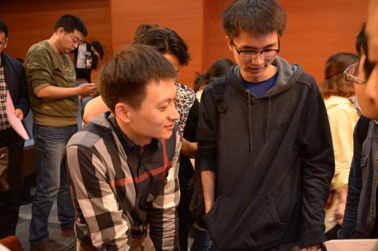 课程结束后,主讲老师李晋和学生们面对面交流